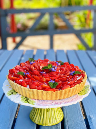 Strawberry-summer-tart-outdoor-dining-picnic
